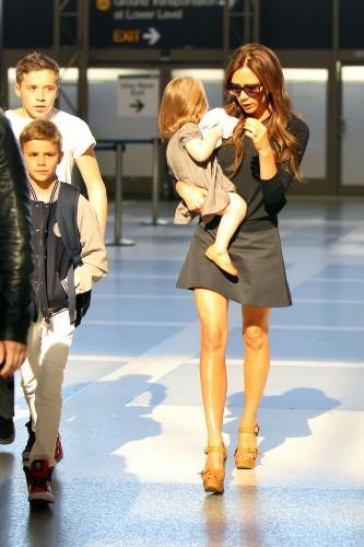Victoria Beckham en famille à l'aéroport de Los Angeles, le 15 avril 2013.