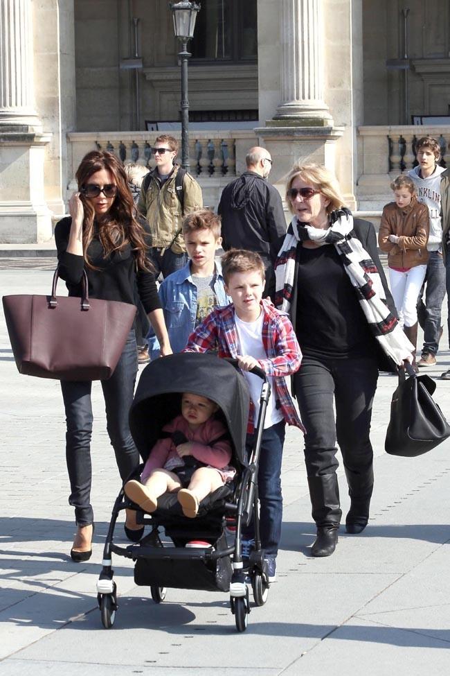 Victoria Beckham en famille en Louvre, à Paris, le 21 avril 2013