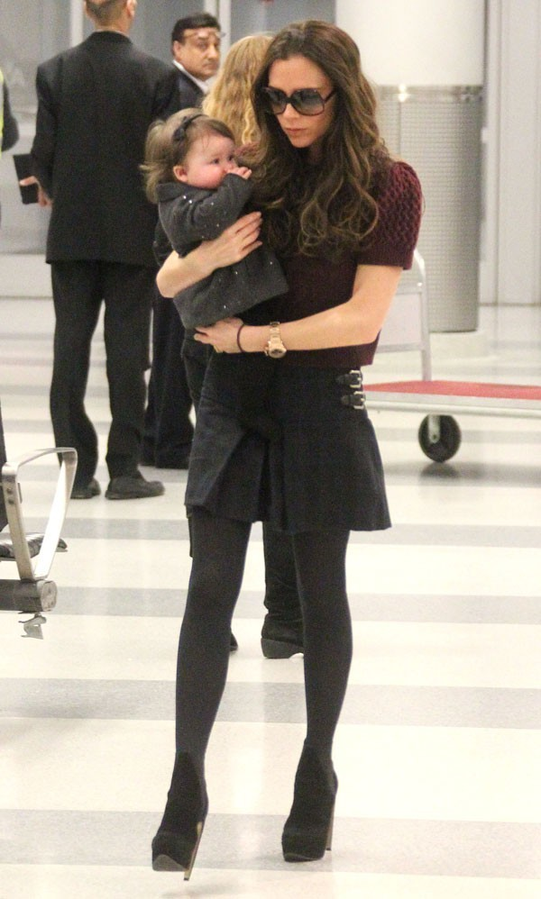 Perchée sur des talons, même avec Harper dans les bras...