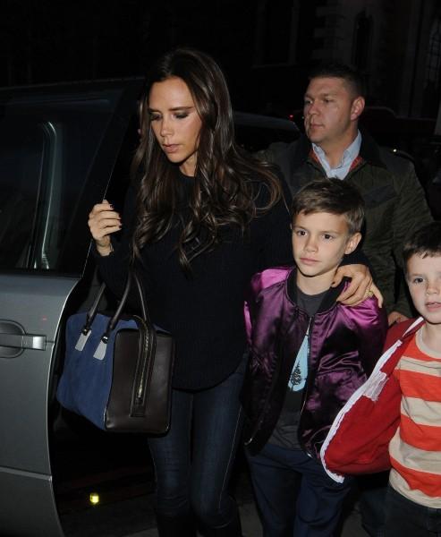 Victoria Beckham dîne avec ses fils à Londres