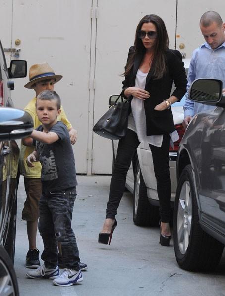 Victoria Beckham et ses fils Romeo et Cruz à Beverly Hills, le 7 avril 2011.