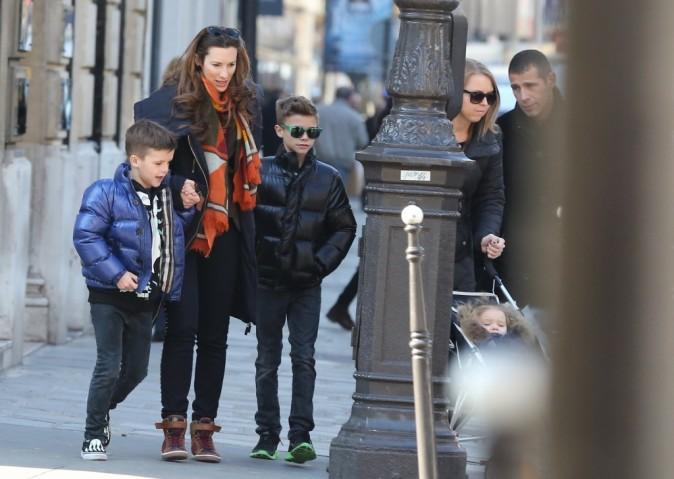 Romeo, Cruz et Harper Beckham en balade dans les rues de Paris avec leurs nounous le 19 février 2013