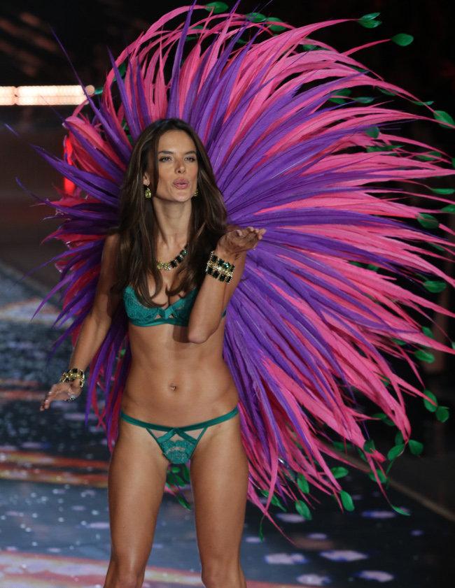 Alessandra Ambrosio au Victoria's Secret Fashion Show organisé à New-York le 10 novembre 2015