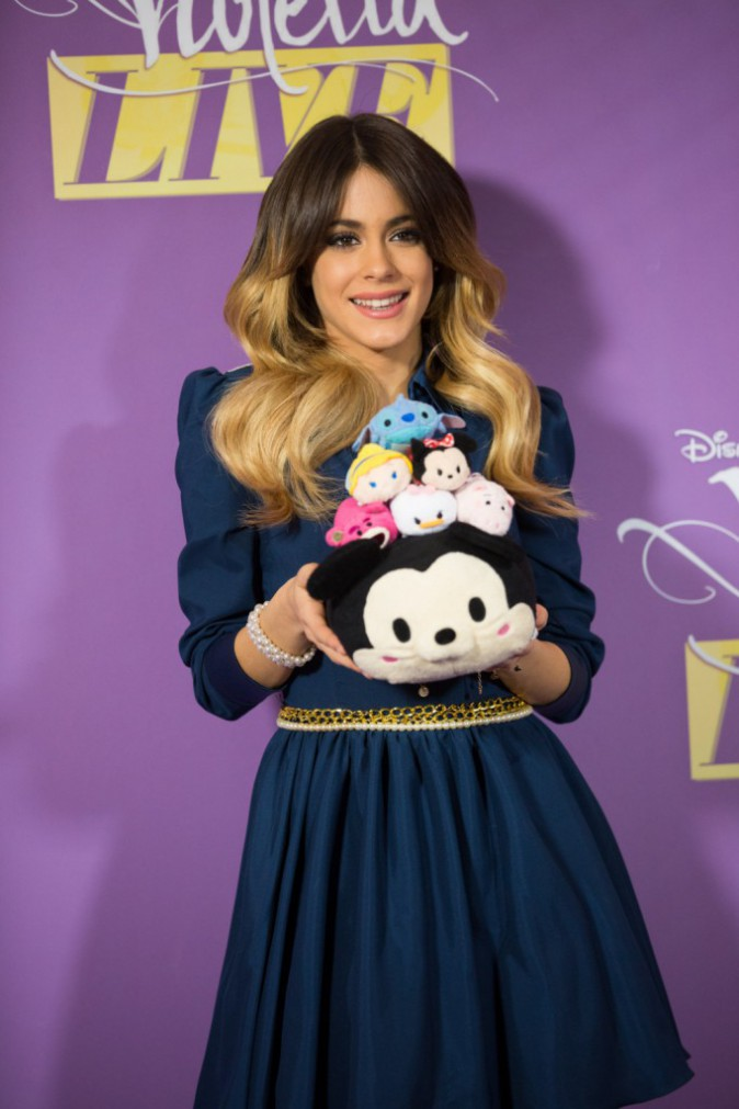 """Photos : Violetta : Craquante, elle prend la pose avec des """"Tsum Tsum"""" !"""
