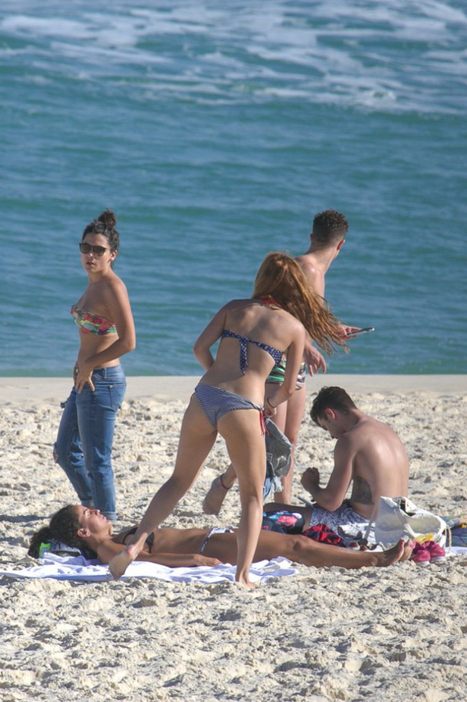 Photos : Violetta so sexy en bikini et en charmante compagnie !