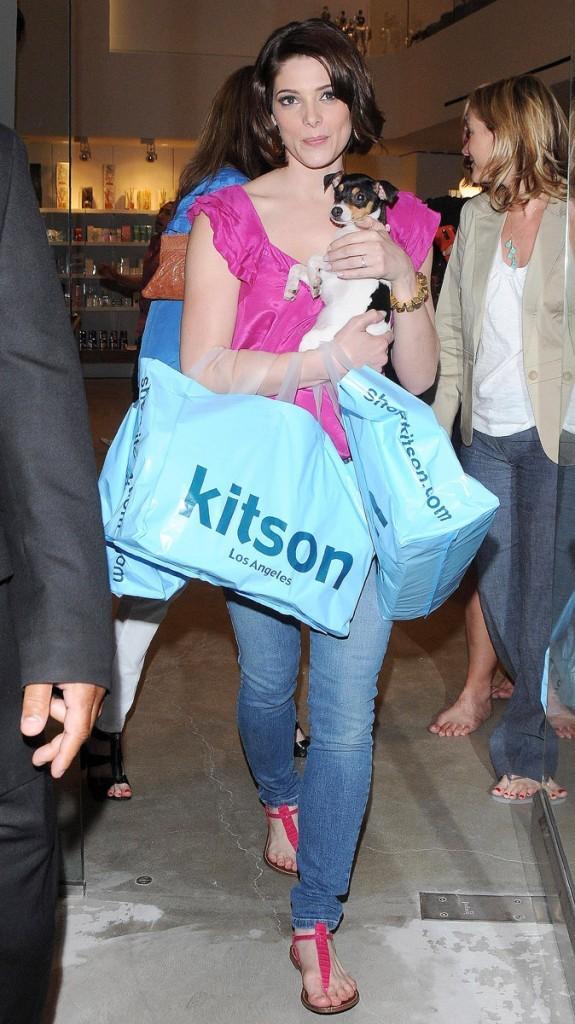Photos : Ashley Greene a profité de son shopping pour s'offrir un chien !