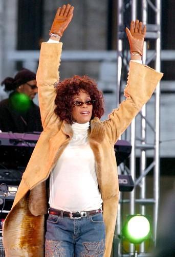 En concert à New York en 2002. La chanteuse apparaît fatiguée et amincie.