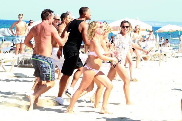 Will Smith pousuivi par des fans sur la plage à Ibiza, le jeudi 10 juillet 2014