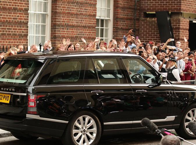 Le prince William au volant de leur voiture, le 23 juillet 2013