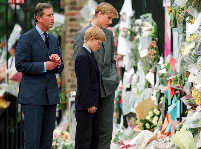 Moment de recueillement aux côtés de son père et de son frère après la mort de Lady Diana, en septembre 1997