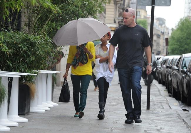 Un bodyguard est là pour la protéger !