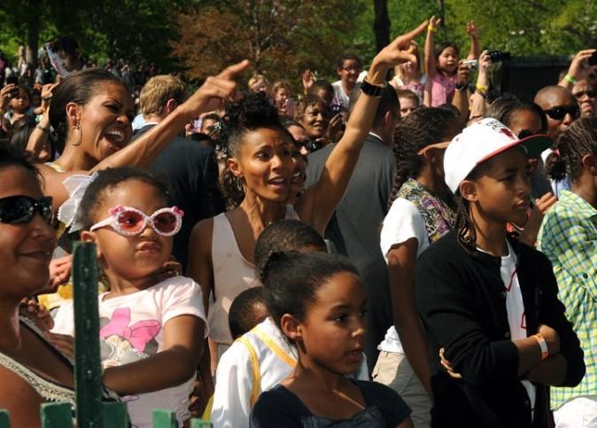 Michelle Obama et la maman de Willow Smith, debout, comme des groupies !