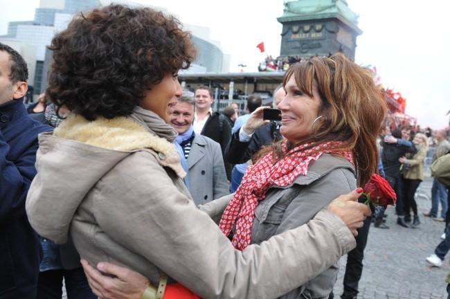 Sonia Rolland et Clémentine Celarié à la place de la Bastille pour célébrer la victoire de François Hollande, le 6 mai 2012.