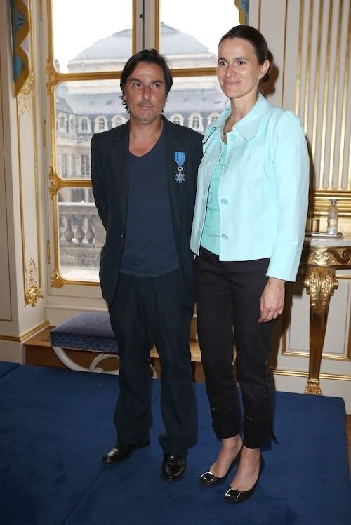 Aurélie Filippetti remet les insignes de Chevalier de l'ordre et du mérite à Yavan Attal