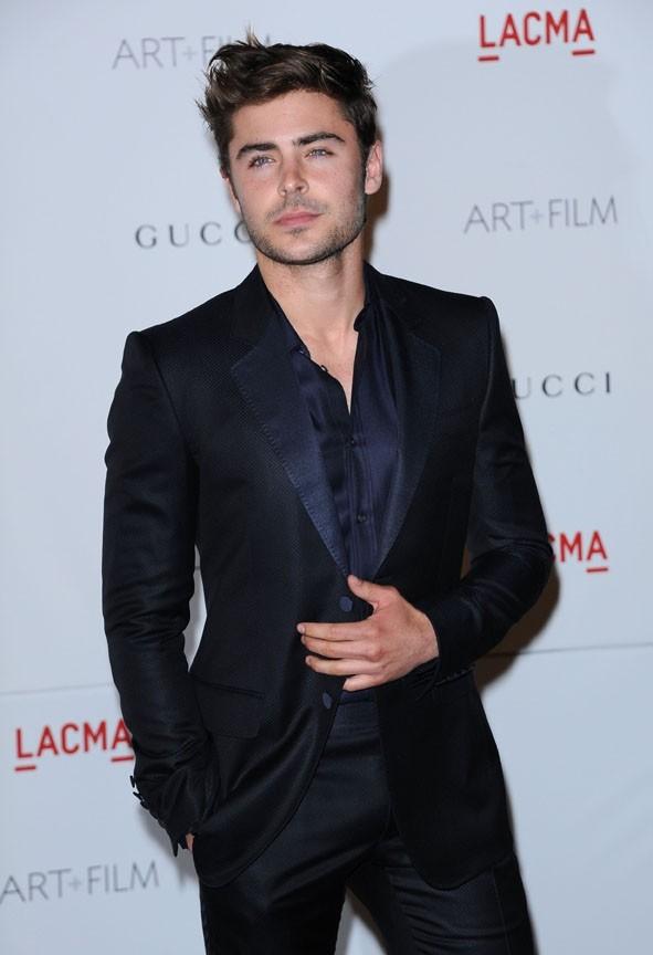 Zac Efron élégant tout en noir !