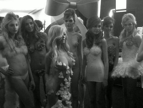En backstage de son défilé, devant ses mannequins