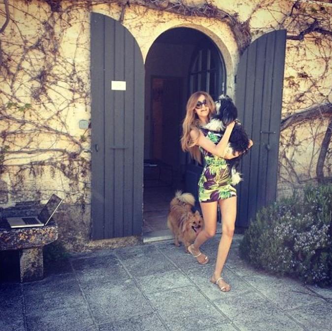 Zahia Dehar sous le soleil de la Provence avec ses chiens...