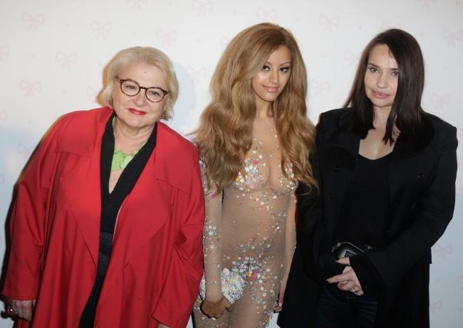 Josiane Balasko et Béatrice Dalle aux côtés de Zahia Dehar lors de l'inauguration de son salon de thé à Paris, le 3 juillet 2013.