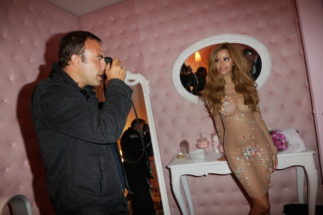 Nikos Aliagas aux côtés de Zahia Dehar lors de l'inauguration de son salon de thé à Paris, le 3 juillet 2013.