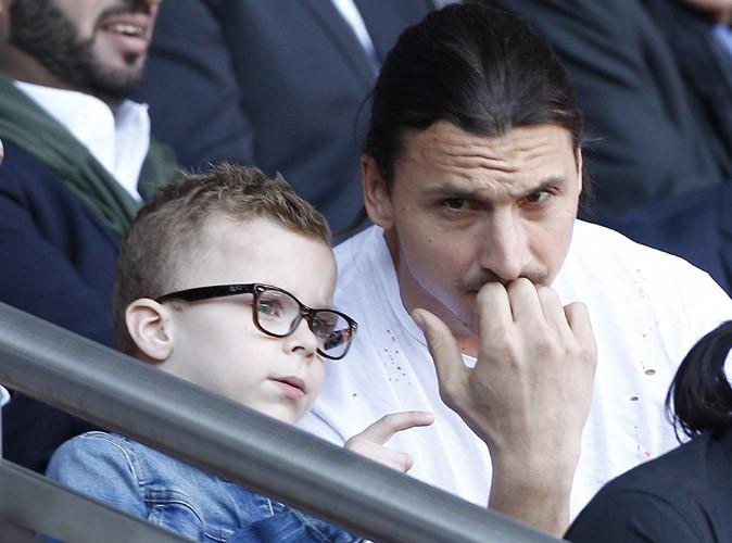 Zlatan Ibrahimovic : blessé, il joue les papas à l'écoute dans les tribunes du Parc des Princes !