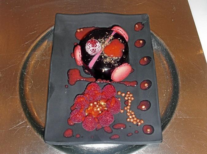 Le dessert : Bavarois aux deux chocolats, mousse légère framboise, coulis aux fruits de la passion, pépites de nougatine.