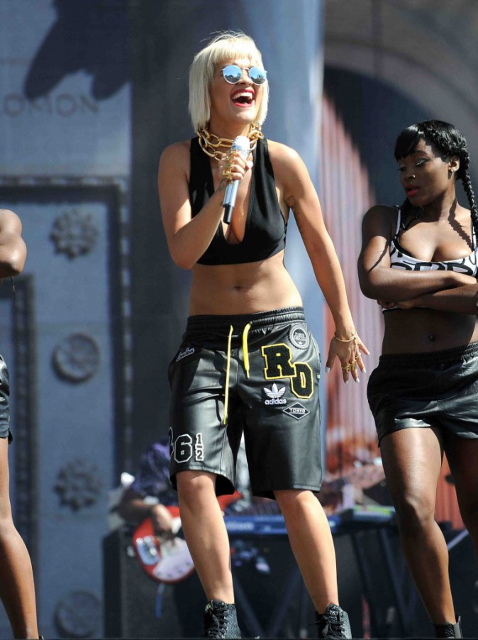 Rita Ora : en mode hip-hop, elle s'éclate sur la scène du festival Made In America !