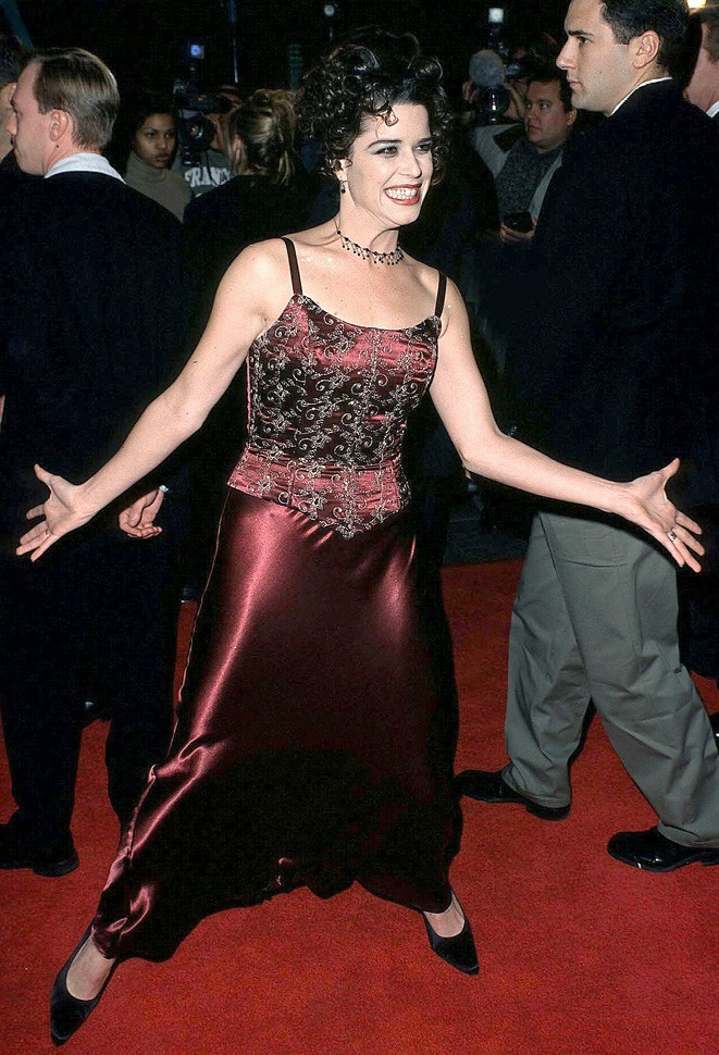 Complètement déchaînée et euphorique grâce au succès de Scream 2 en 1997...sans parler du look !