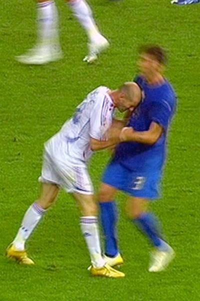 Zinedine Zidane assène un violent coup de boule à Marco Materazzi en finale de la Coupe du monde 2006
