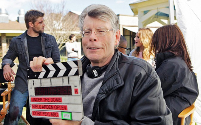 Stephen King sur le plateau de tournage de la série Under The Dome (M6)