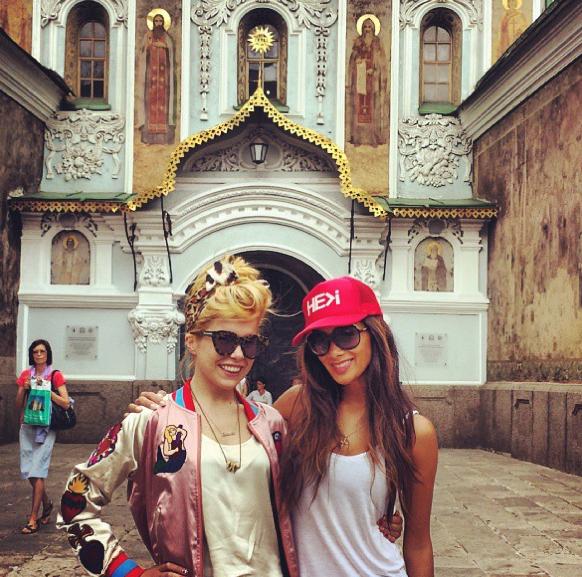 Nicole Scherzinger : toujours aussi canon pour une visite sur la terre de ses ancêtres !