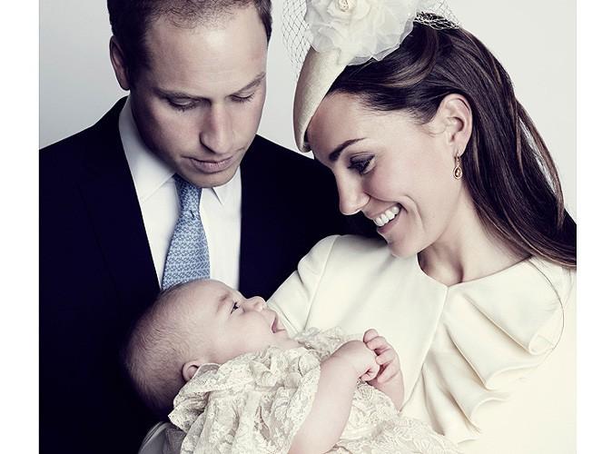 Prince George : tout sourire dans les bras de Kate Middleton pour une nouvelle photo officielle de son baptême !