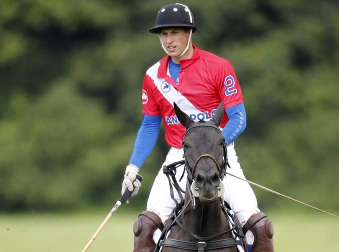 Prince William : parfaitement zen, le futur papa participe à un match de polo avec son frère Harry !