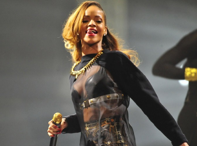 Rihanna : elle s'éclate dans un club de striptease, poste des photos de sa folle soirée... Et les retire !