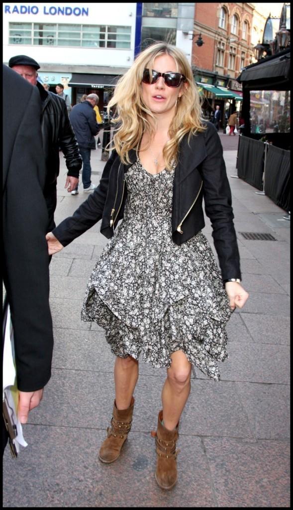 Petites robes à motifs, Sienna Miller reste dans la tendance !