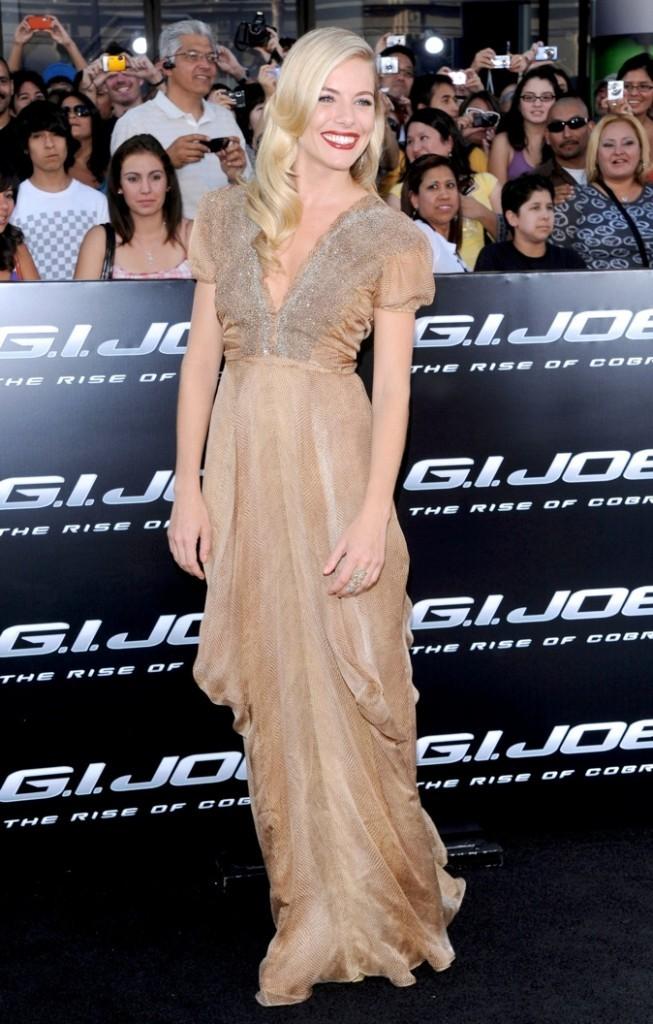 Qui a dit que Sienna Miller ressemblait à une hippie ? Cette robe nous prouve le contraire !