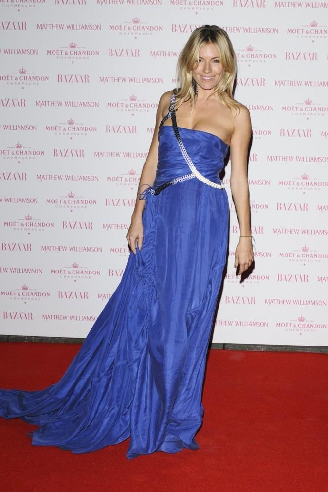 Sienna Miller est charmante dans cette longue robe bleue électrique ! On dit oui !