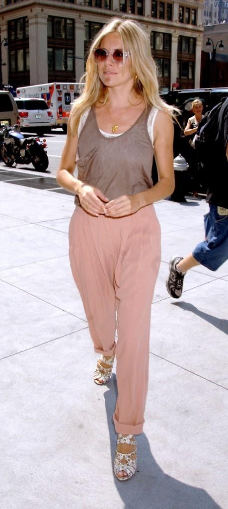 Superbe pantalon rose poudré et débardeur marron, Sienna Miller est fashion !