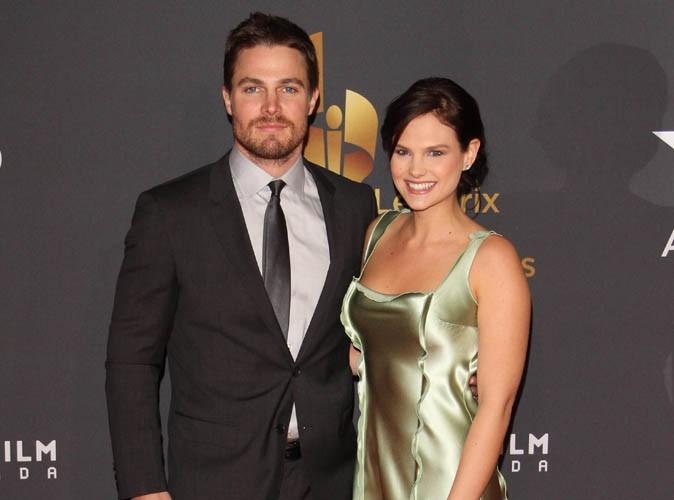 Stephen Amell : le séduisant acteur de la série Arrow va être papa !
