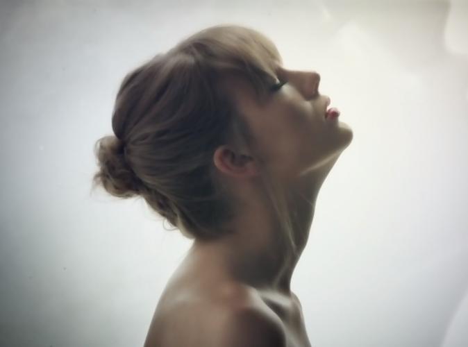"""Taylor Swift : dénudée et envoutante dans son clip """"Style"""", elle fait un clin d'œil à Harry !"""