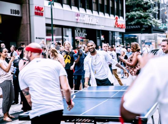 Usher : À la cool, il bloque les rues de New York pour jouer au ping pong !