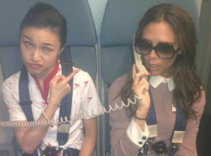 Victoria Beckham : elle se prend pour une hôtesse de l'air !