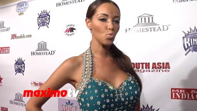 Nabilla toujours aussi sexy sur un tapis rouge américain, le 25 août 2013