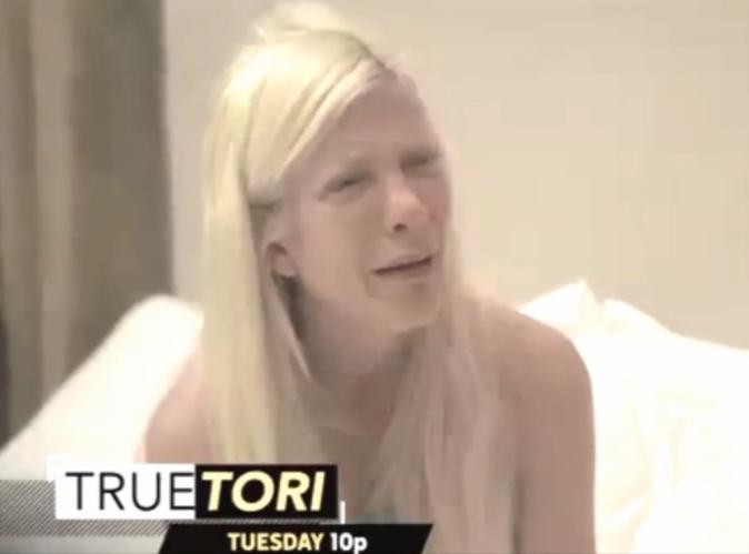 """Vidéo : Tori Spelling : hospitalisée, elle fond en larmes et supplie son mari de """"faire quelque chose"""" !"""