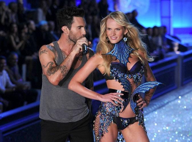 Vidéo : Adam Levine : sous le charme de sa sublime girlfriend pendant le défilé Victoria's Secret !