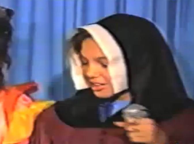 Vidéo : Angelina Jolie : découvrez la star, enfant, en train de chanter New York, New York !