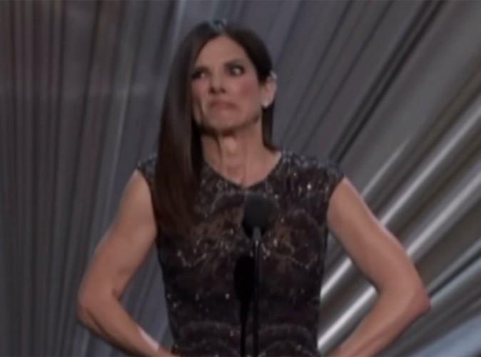 Vidéo Buzz : Sandra Bullock a du mal à ouvrir l'enveloppe des Oscars...