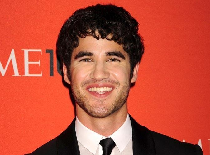 Vidéo : Darren Criss : le beau gosse de Glee tombe de scène à cause d'une fan trop musclée !