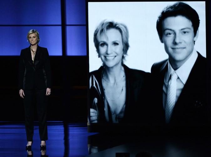 Vidéo : Emmy Awards 2013 : Jane Lynch : elle a rendu hommage à Cory Monteith sur scène...