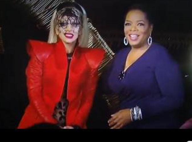 Vidéo : Lady Gaga : A l'aide de son escarpin géant, elle a fait vibrer Oprah Winfrey et Johnny Depp !