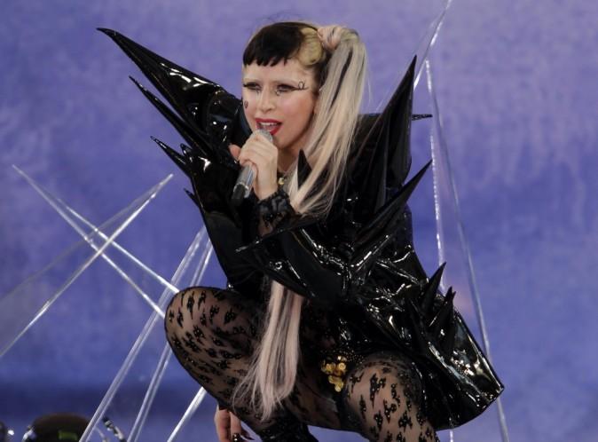 Vidéo : Lady Gaga : frappée à la tête en plein concert...